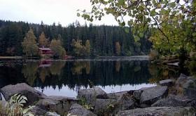 VED Asdøltjern en fredelig høstkveld. Foto: VESLE-BERNHARD