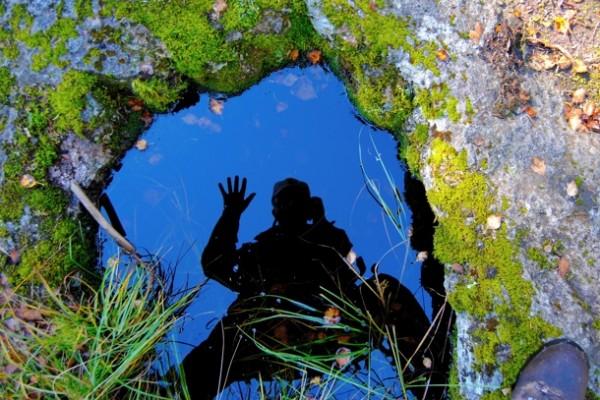 REFLEKSJON. Ved den mangetudenårige jettegryte, som er rundt 80 centimeter i tverrmål. Foto: VESLE-BERNHARD