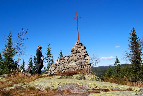 KIRKEBESØK. Ved den forbløffende kirkevarden på Kjerkeberget.